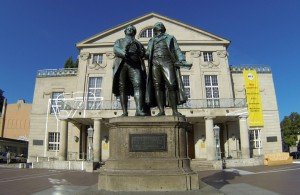 Das Goethe-Schiller-Denkmal in Weimar vor dem Deutschen Nationaltheater Weimar.